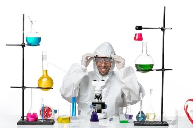 Вид спереди ученый-мужчина в специальном защитном костюме в солнцезащитных очках