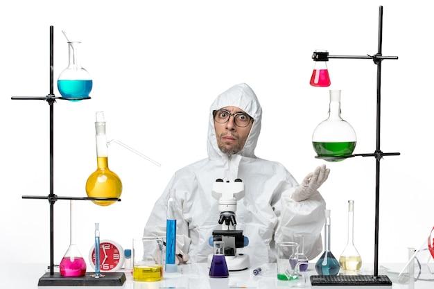 混乱した表情で特別な防護服を着た正面図の男性科学者