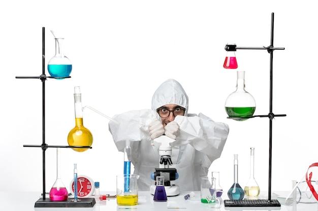 Вид спереди ученый-мужчина в рабочем процессе специального защитного костюма