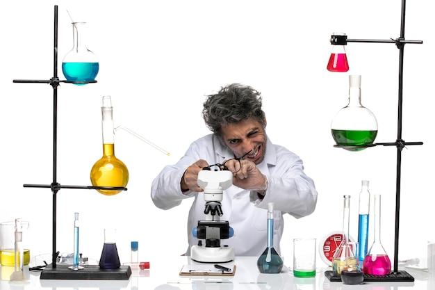 그의 선글라스를 확인하는 흰색 의료 소송에서 전면보기 남성 과학자