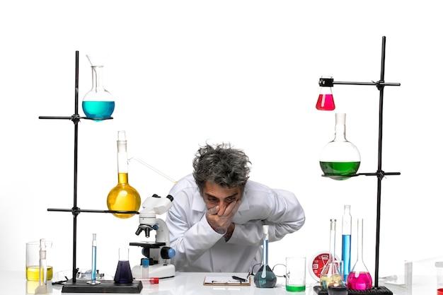 그의 입을 덮고 흰색 의료 소송에서 전면보기 남성 과학자