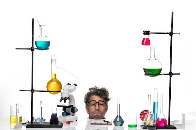 흰색 의료 소송에서 전면보기 남성 과학자 떨어지는 그의 눈을 감고