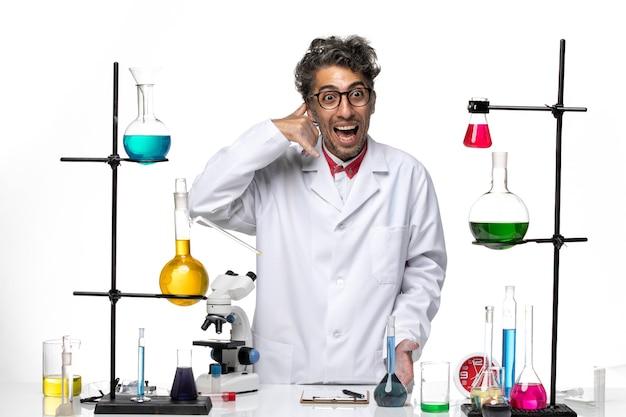 Вид спереди ученый-мужчина в белом медицинском костюме, стоящий и позирующий
