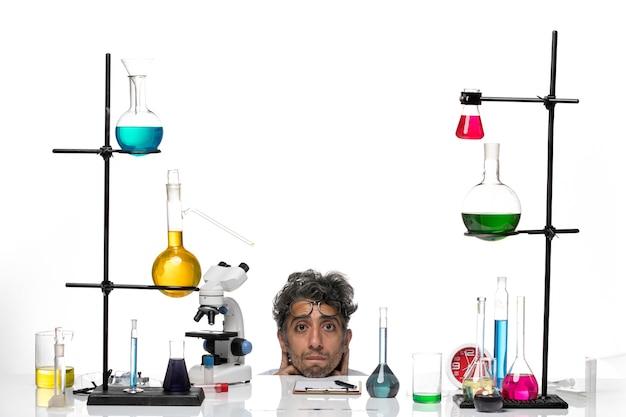 흰색 의료 소송에서 전면보기 남성 과학자