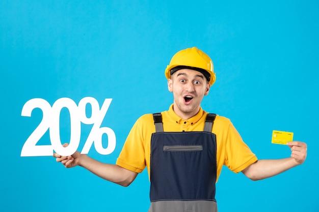 青の書き込みとクレジットカードと制服を着た正面図の男性労働者