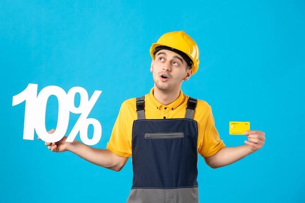 파란색에 쓰기 및 신용 카드와 제복을 입은 전면보기 남성 노동자