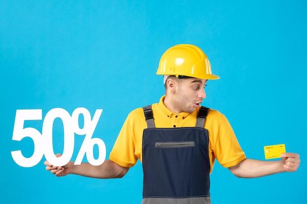 男性工作者正面图制服的与文字和信用卡蓝色
