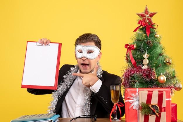 파티 마스크를 착용하고 파일 메모를 들고 전면보기 남성 노동자