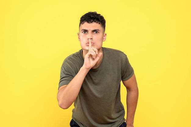 La vista frontale di un uomo chiede di non dire a nessuno del suo segreto