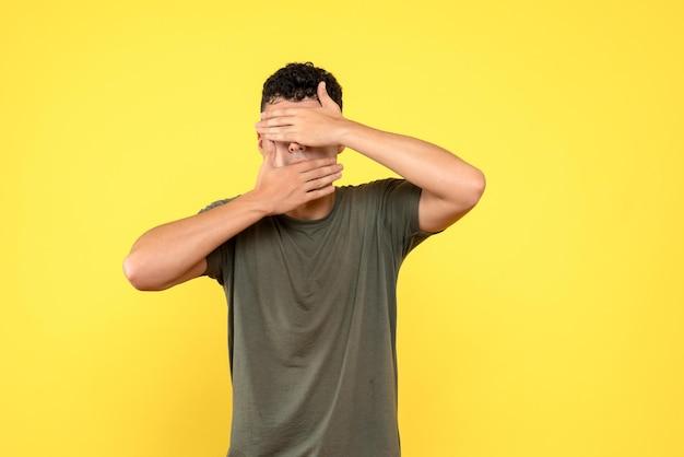 La vista frontale dell'uomo si coprì il viso con le mani