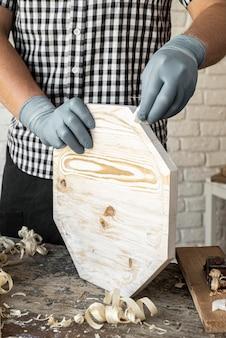 Vista frontale uomo lavorazione in legno