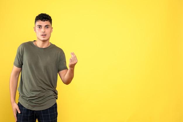 Vista frontale un uomo il ragazzo in una maglietta marrone e pantaloni blu