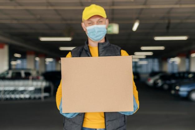 Вид спереди мужчина держит коробку