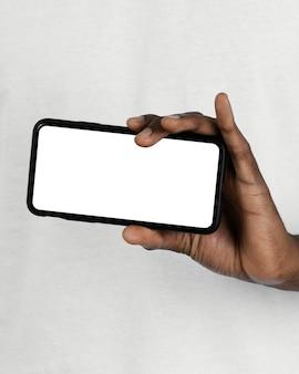 Vista frontale dell'uomo che tiene smartphone con lo spazio della copia