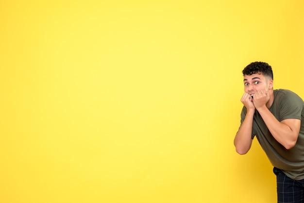 Vista frontale un uomo l'uomo tiene le mani vicino alla bocca di hs e urla