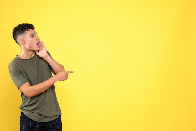 Vista frontale un uomo che l'uomo indica di lato e chiama qualcuno