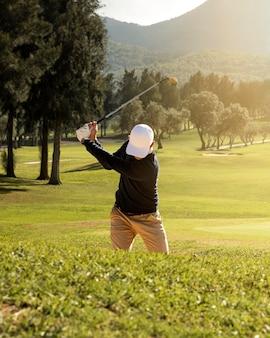 Vista frontale dell'uomo che gioca a golf