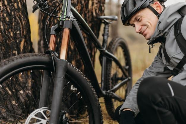 Vista frontale dell'uomo in sella a una bicicletta
