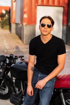 Uomo di vista frontale che si siede sulla moto