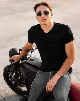 Вид спереди человек, сидящий на мотоцикле