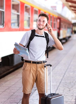 Uomo di vista frontale che parla sul telefono