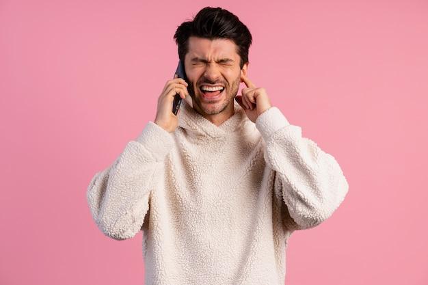Vista frontale dell'uomo che cerca di ascoltare durante una telefonata