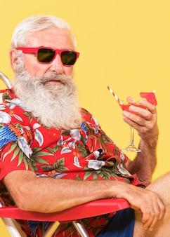 Vista frontale dell'uomo con camicia tropicale e copia spazio