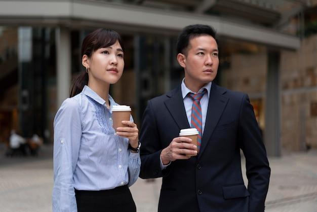 Vista frontale di un uomo e di una donna con una tazza di caffè