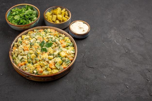 Vista frontale di insalata di verdure maionese su superficie scura