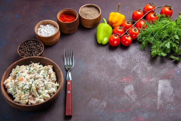暗い空間で調味料と一緒に鶏肉の正面図マヨネーズサラダ