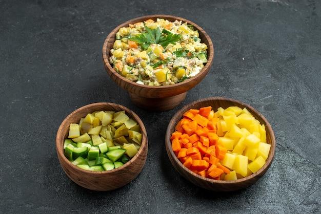 Insalata di maionese vista frontale con verdure a fette su spuntino del pranzo di insalata di superficie grigia