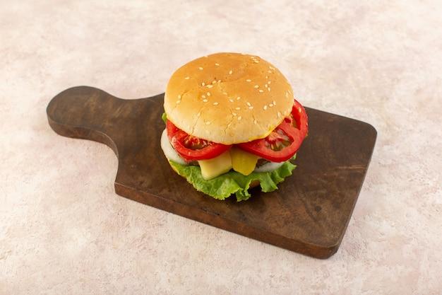 Un hamburger di carne vista frontale con verdure e insalata verde sul cibo tavolo in legno