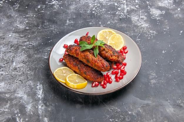 レモンスライスで長く形成された正面の肉カツ
