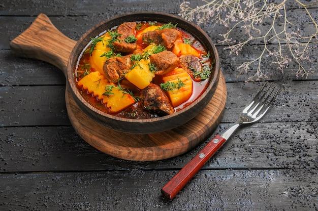 Vista frontale zuppa di ragù di carne con verdure e patate su carne di salsa di farina di zuppa piano scuro