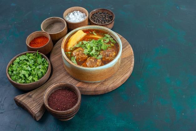 紺色のデスクフードスープソース野菜料理にミートボールグリーンとスライスポテトを添えた正面図の肉スープ