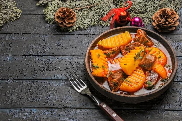 Вид спереди мясной суп с картофелем и зеленью на темном столе, блюдо, дерево, мясной суп, еда