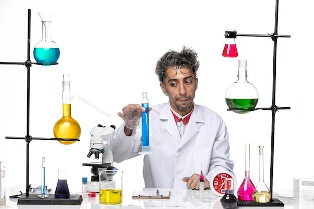 파란색 솔루션을 들고 의료 소송에서 전면보기 중년 과학자