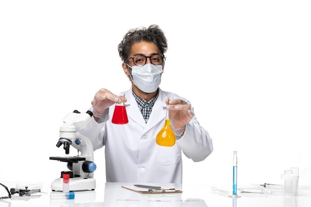 특수 슈트 혼합 솔루션의 전면보기 중년 과학자