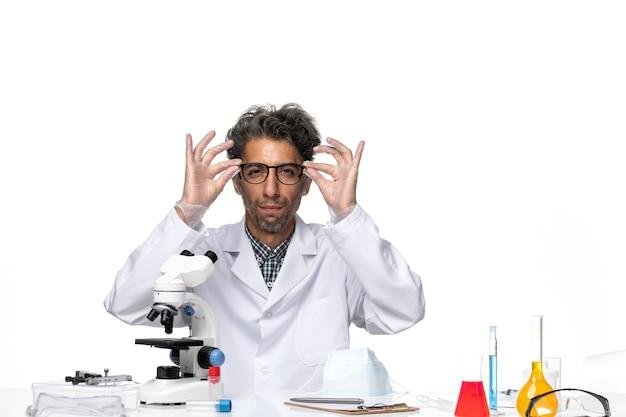 サングラスをかけた特別なスーツを着た中年の科学者の正面図