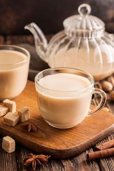 Vista frontale del concetto del tè al latte con cannella