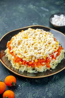 진한 파란색 표면 요리 휴일 생일 식사 사진 부엌 색상에 접시 안에 전면보기 미모사 샐러드