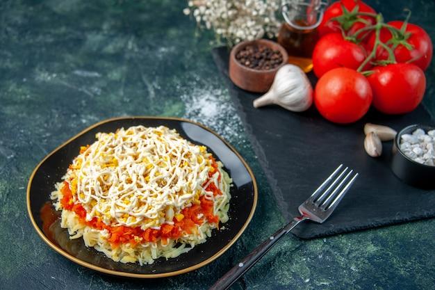 진한 파란색 표면에 조미료와 빨간 토마토와 접시 안에 전면보기 미모사 샐러드 부엌 사진 요리 생일 음식 휴일 식사 색상