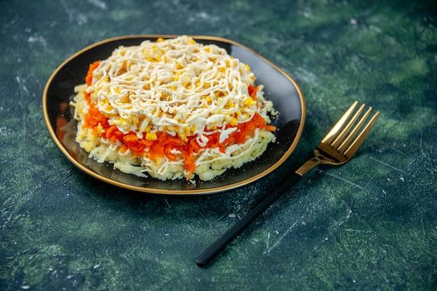 Вид спереди салат из мимозы с яйцами картофель и курица внутри тарелка на темно-синей поверхности кухня праздник день рождения еда фото кухня цвет еда