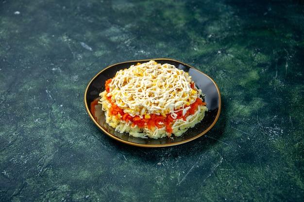 Вид спереди салат из мимозы с яйцами картофель и курица внутри тарелка на темно-синей поверхности праздник день рождения еда фото кухня кухня цвет