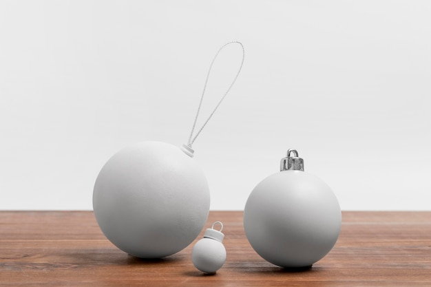 Vista frontale degli ornamenti minimalisti della bagattella di natale