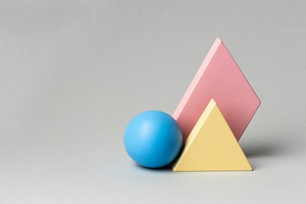 Vista frontale di figure geometriche minimaliste con copia spazio