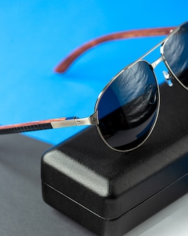 Una vista frontale moderni occhiali da sole scuri sul blu scuro