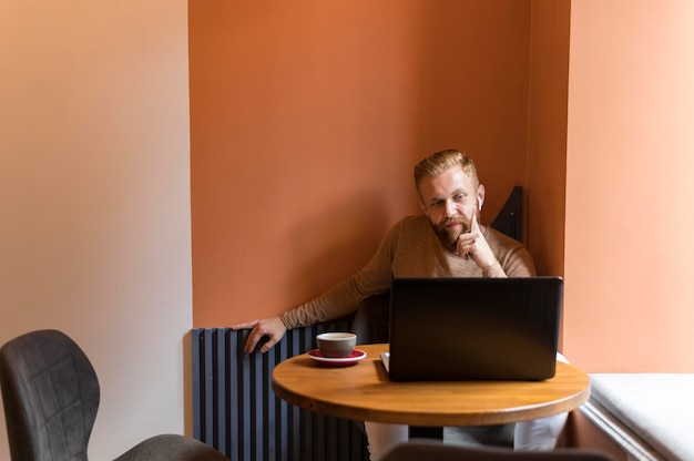 Uomo moderno di vista frontale che lavora con lo spazio della copia