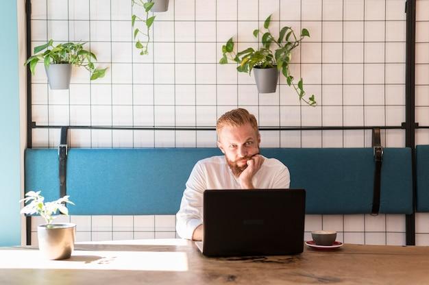 Вид спереди современный человек, работающий