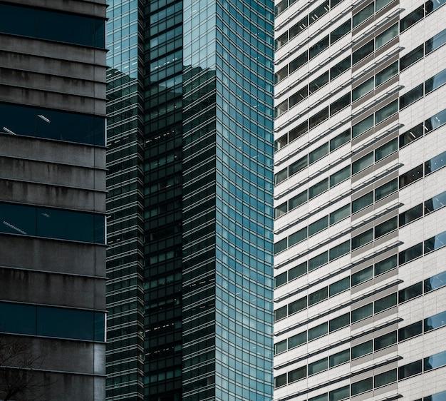 正面図現代の高層ビルのオフィスビル